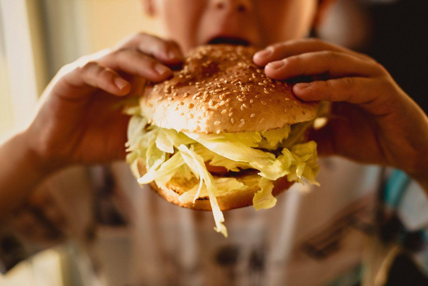 https://lepouce.ca/wp-content/uploads/2018/02/restaurant-le-pouce-burger-a-croquer.jpg