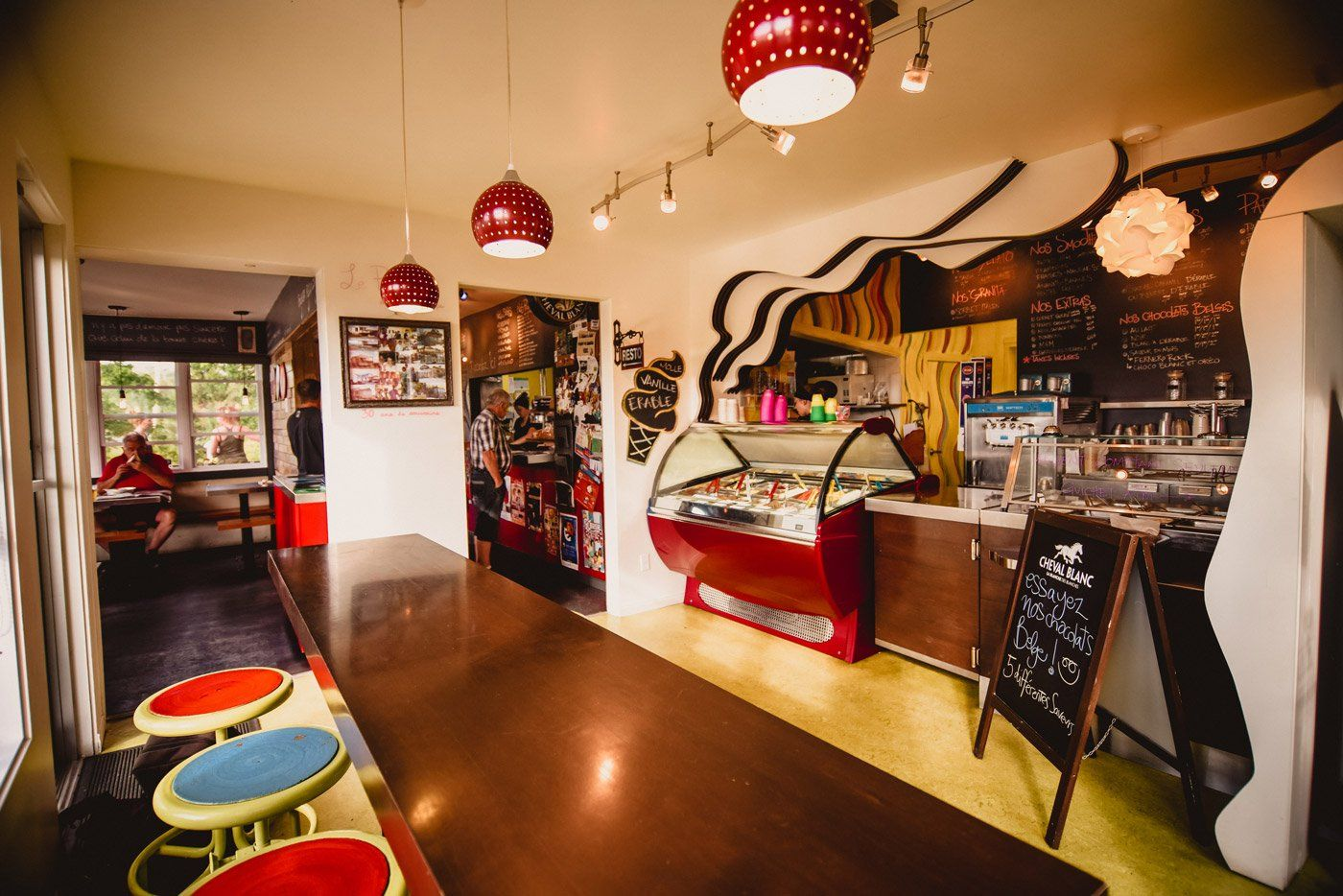 https://lepouce.ca/wp-content/uploads/2018/02/restaurant-le-pouce-interieur-bar-laitier.jpg
