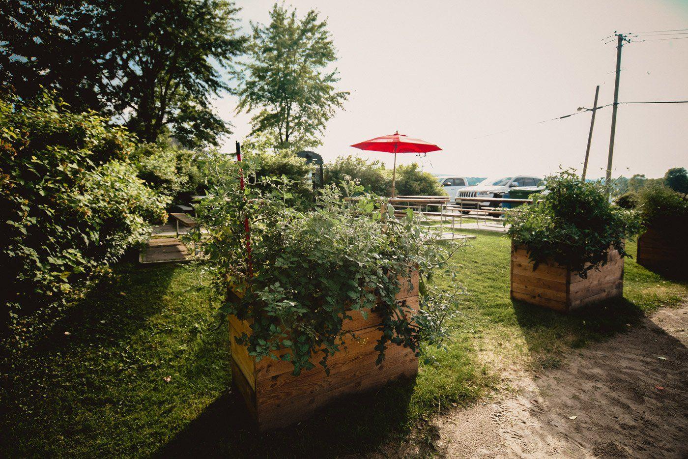 https://lepouce.ca/wp-content/uploads/2018/02/restaurant-le-pouce-parc-beer-garden.jpg