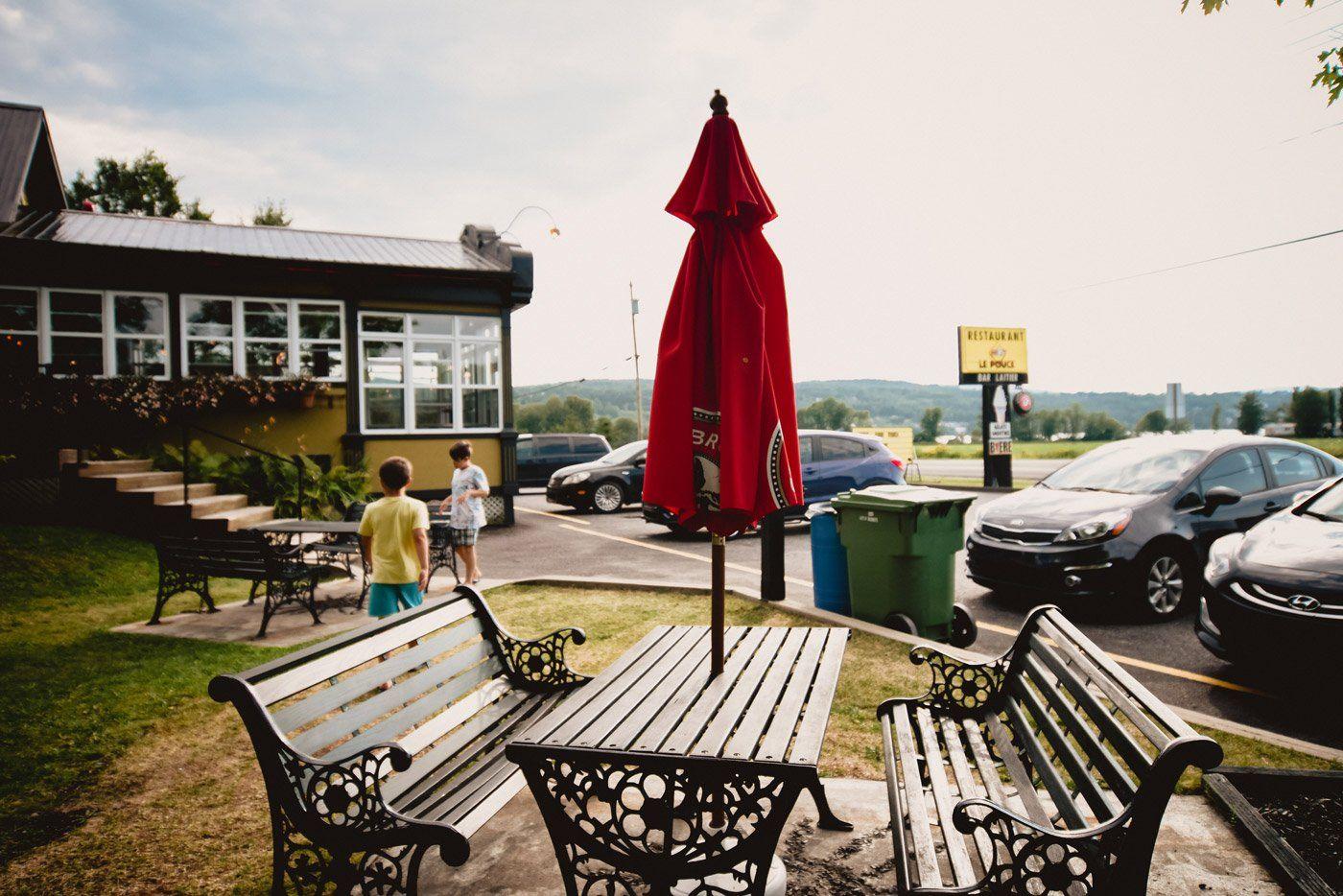 https://lepouce.ca/wp-content/uploads/2018/02/restaurant-le-pouce-parc-tables-exterieures.jpg